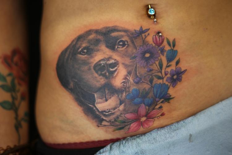 PERRO CON FLORES tatuaje realizado por Old Gangsters Tattoo Shop
