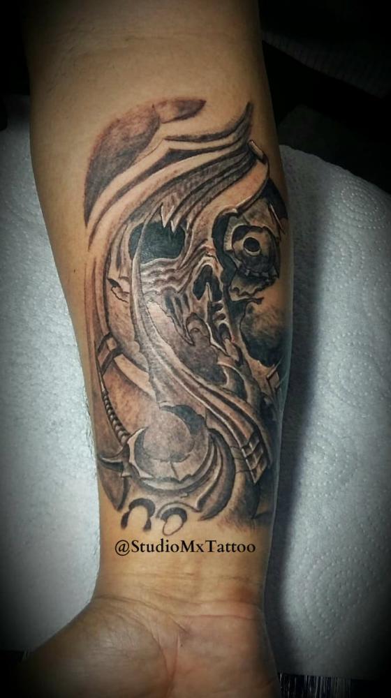 Cráneo biomecanico tatuaje realizado por Luis monroy