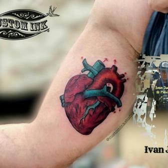 corazón tatuaje realizado por Ivan Juárez