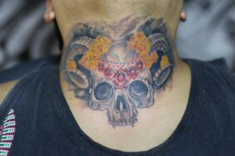 CRANEO CON CEMPASUCHITL tatuaje realizado por Old Gangsters Tattoo Shop