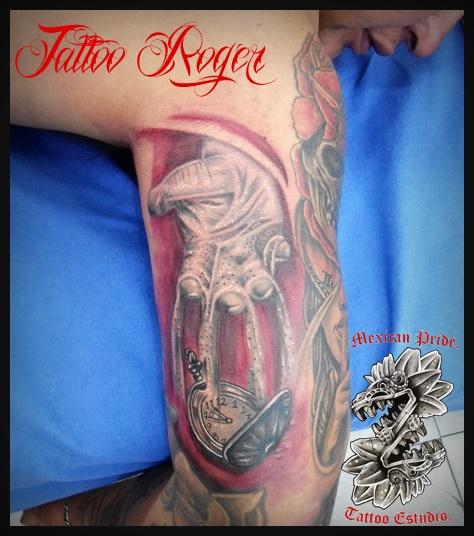 Mano con arena tatuaje realizado por Roberto Girón