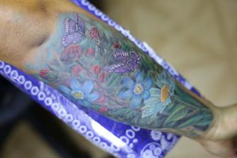 FLORES  tatuaje realizado por Old Gangsters Tattoo Shop