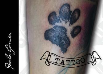 Huella de perro tatuaje realizado por Paola Gómez