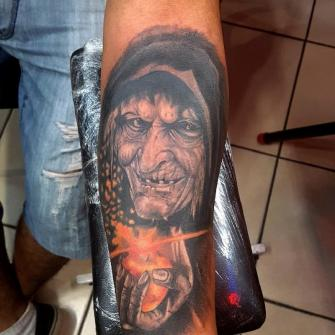 Bruja manzana brazo tatuaje realizado por The inkperfect tattoo shop