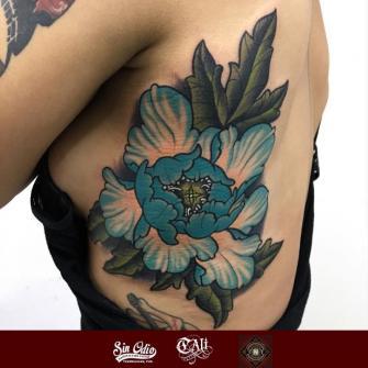 flor tatuaje realizado por Cali Cetina
