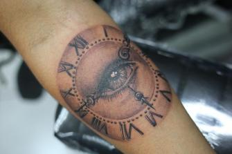 Reloj tatuaje realizado por Old Gangsters Tattoo Shop
