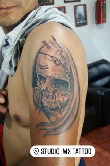 Cráneo con Reloj tatuaje realizado por Luis monroy
