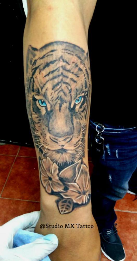 Tigre en black and grey tatuaje realizado por Luis monroy