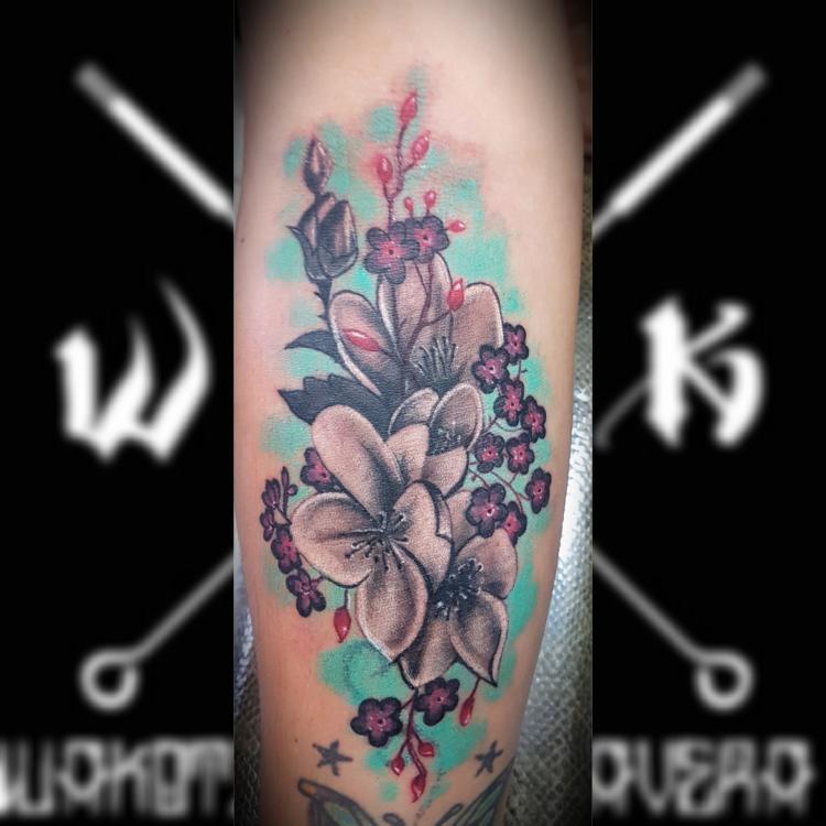Flores  tatuaje realizado por Wakotzin Kalavera