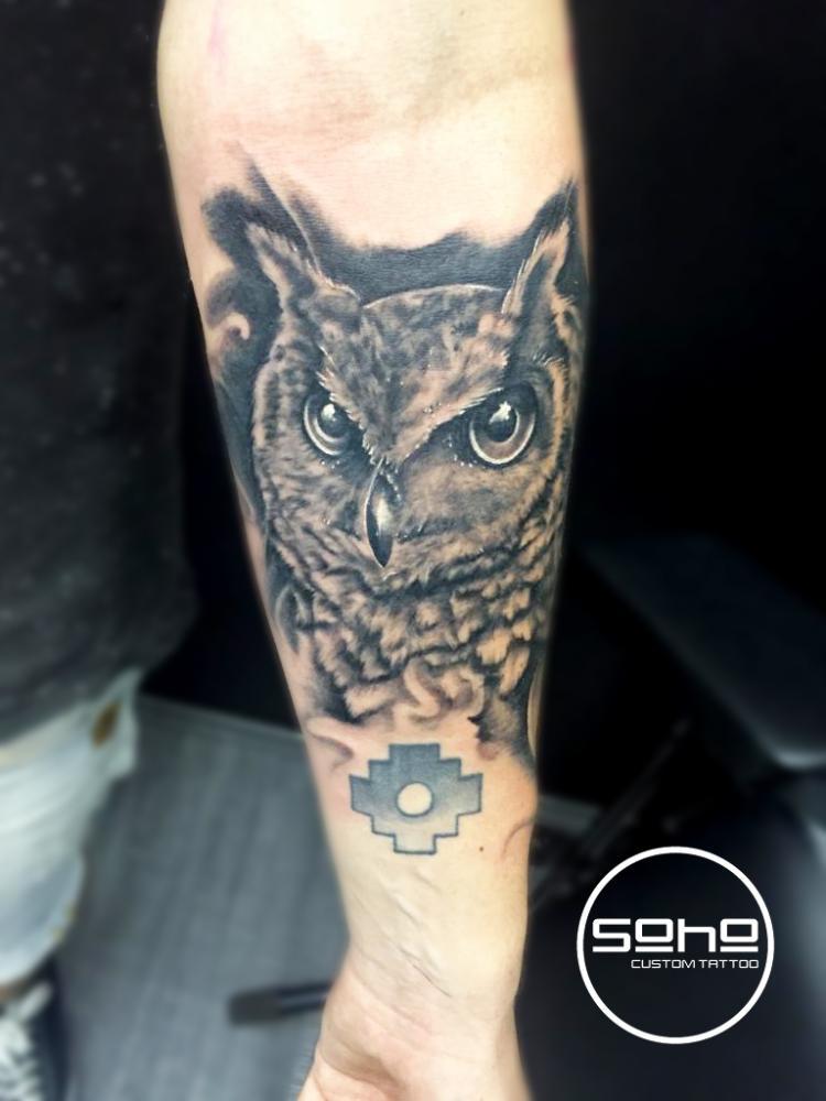 Búho realismo  tatuaje realizado por SOHO CUSTOM TATTOO