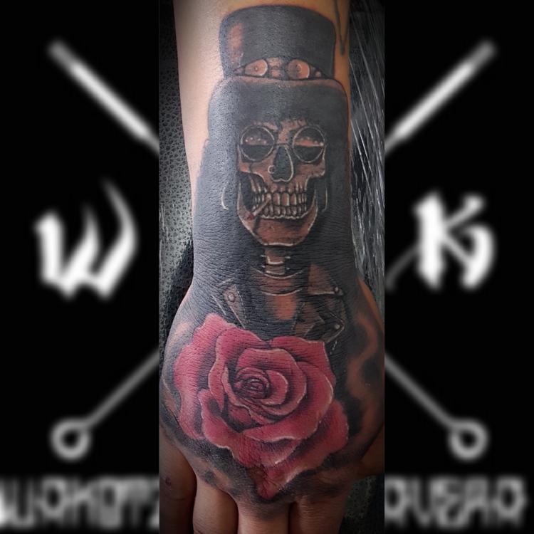 Slash calavera con rosa. tatuaje realizado por Wakotzin Kalavera