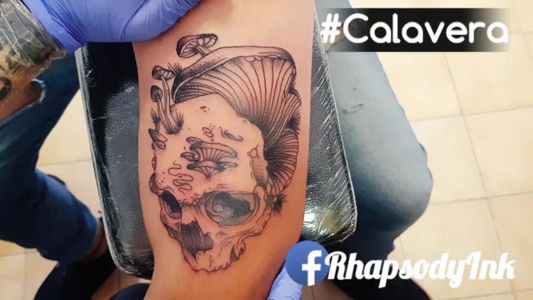 Calavera tatuaje realizado por RhapsodyInk