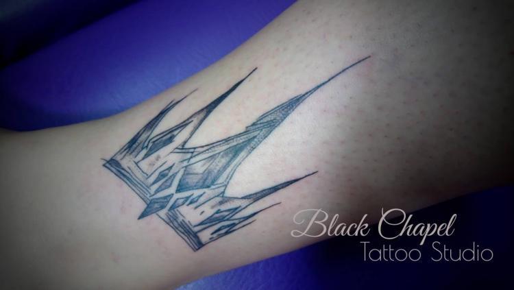 corona tatuaje realizado por Jonathan Aguirre