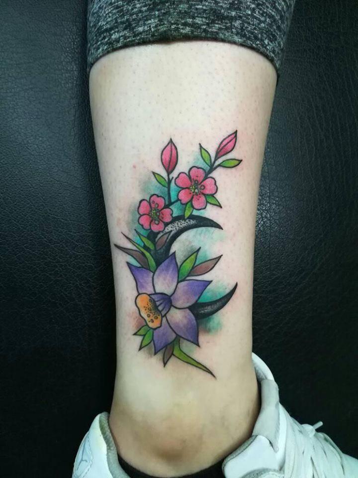 Flores y luna tatuaje realizado por Victor Hugo Avalos / Cachorro