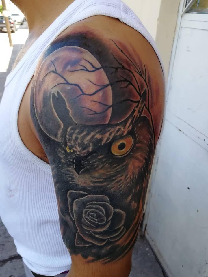 Búho y rosa tatuaje realizado por Juliio Tatuajes