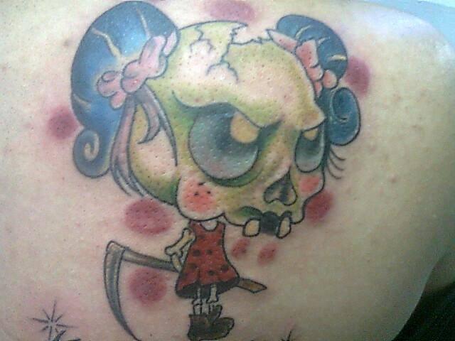 craneo mujer tatuaje realizado por Rudos tatuajes