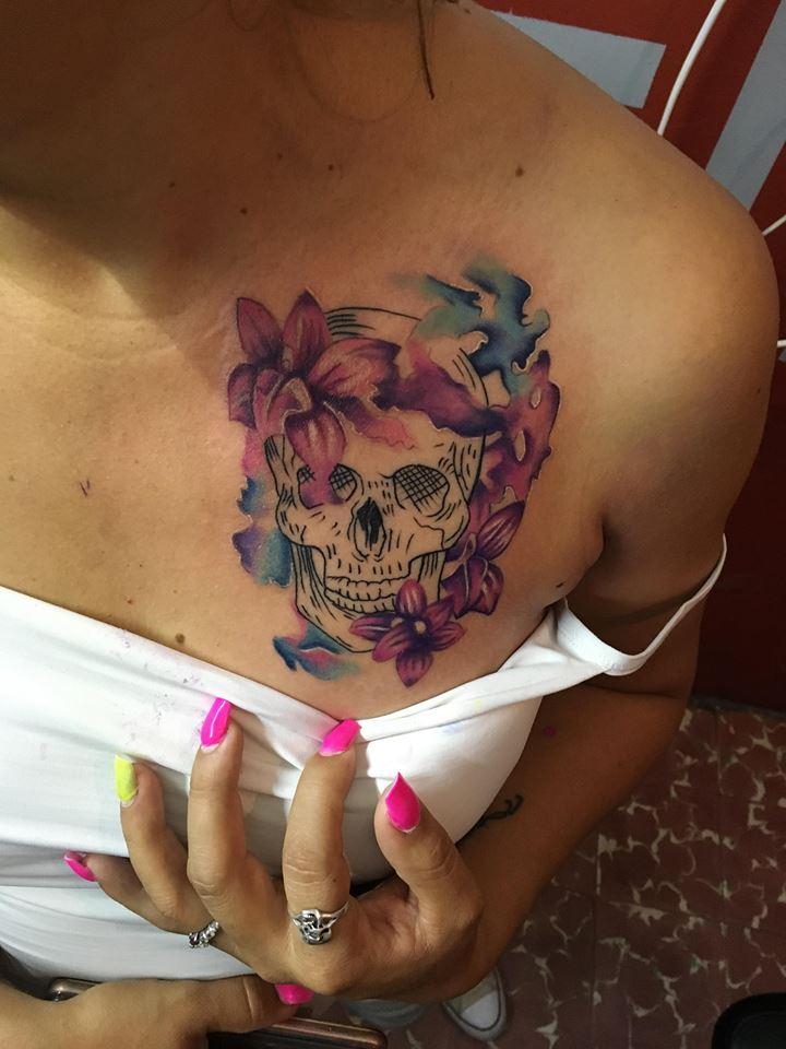Cráneo watercolor  tatuaje realizado por Jonathan Garcia