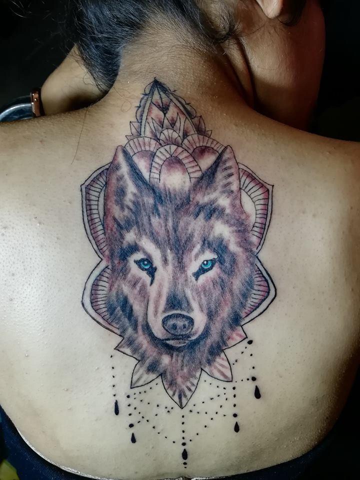 Lobo mandala tatuaje realizado por Juliio Tatuajes