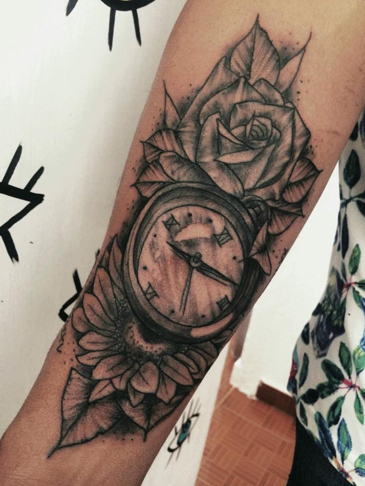 Reloj y flores tatuaje realizado por Maneki Neko Tattoo MX