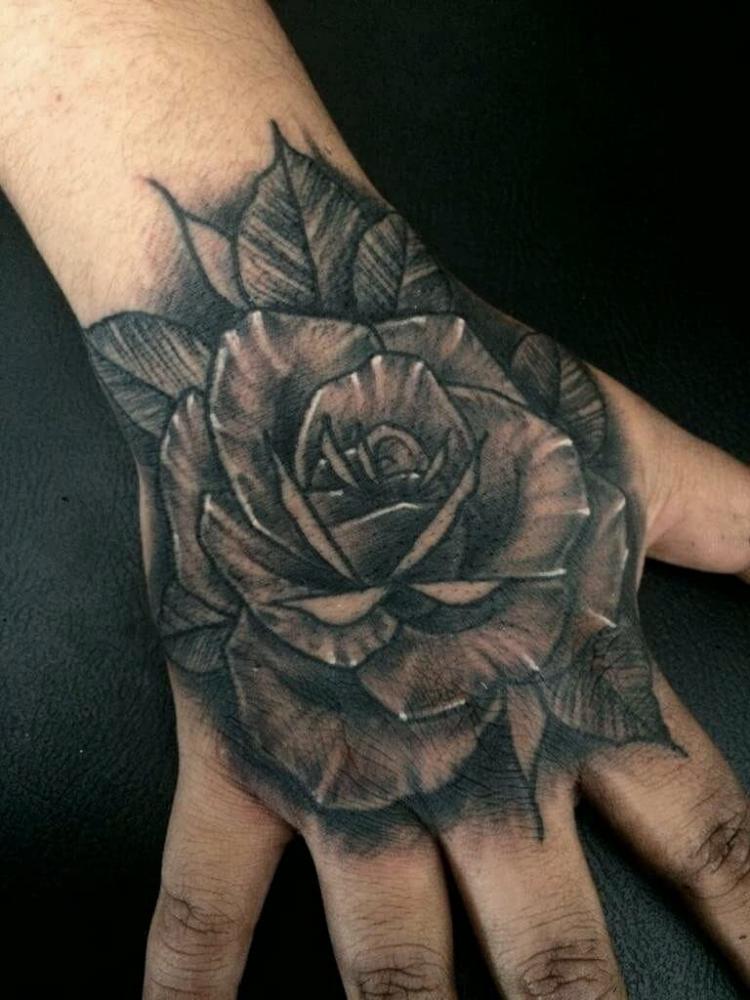 Rosa tatuaje realizado por Maneki Neko Tattoo MX