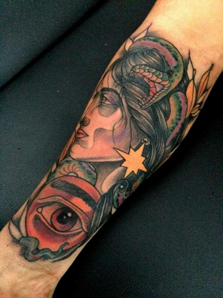 Mujer y serpiente tatuaje realizado por Maneki Neko Tattoo MX
