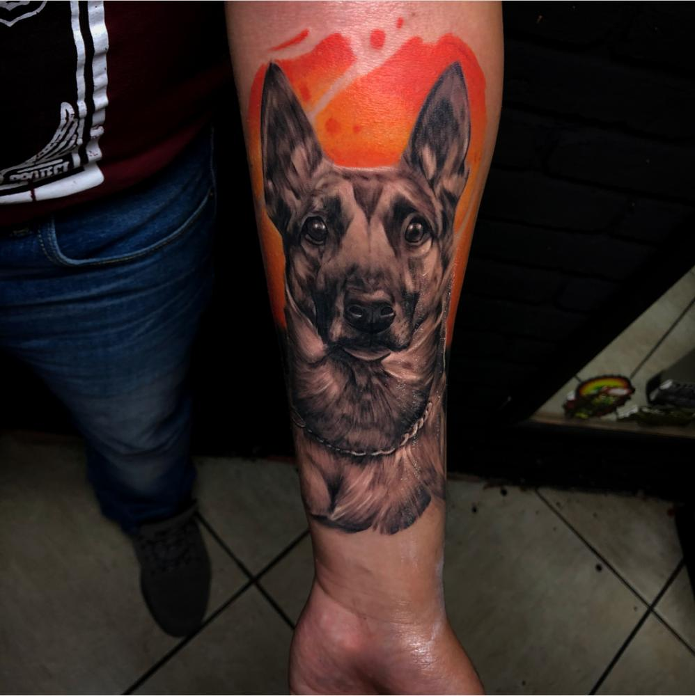 El mejor amigo del hombre  tatuaje realizado por Izrael VG