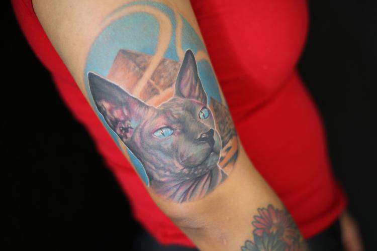 Gato esfinge tatuaje realizado por Old Gangsters Tattoo Shop
