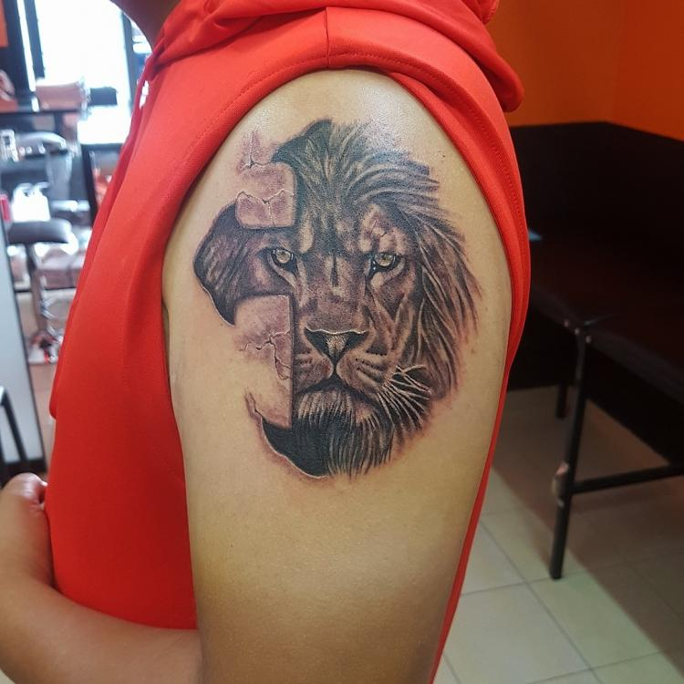 Leon en el brazo tatuaje realizado por The inkperfect tattoo shop
