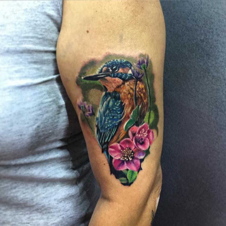 pajaro en brazo tatuaje realizado por Gerardo Aceves