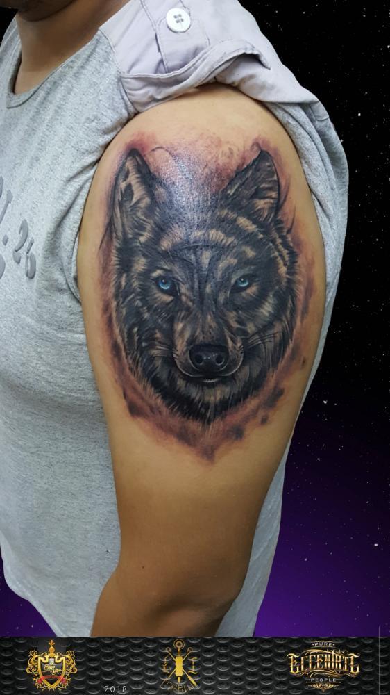 Wolf cover up tatuaje realizado por El CHAN Tattoos