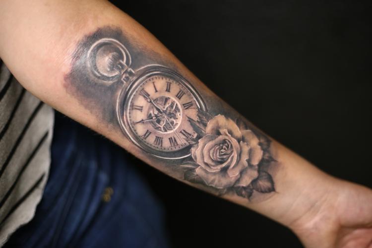 Reloj con Rosa tatuaje realizado por Old Gangsters Tattoo Shop