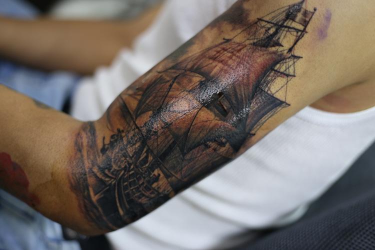 Barco pirata tatuaje realizado por Old Gangsters Tattoo Shop