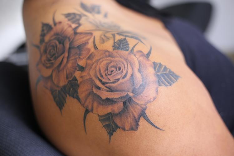 Rosas tatuaje realizado por Old Gangsters Tattoo Shop