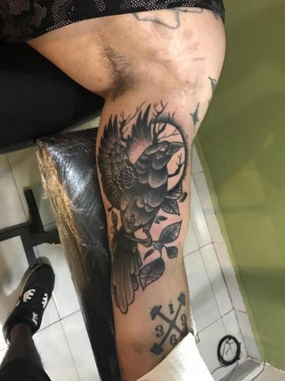 Cuervo tatuaje realizado por Edgar Salazar