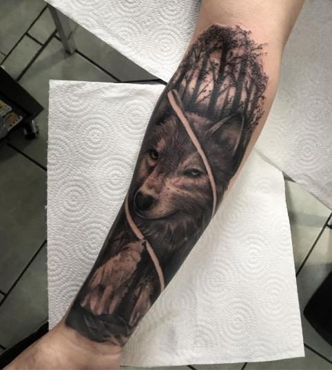 Lobo  tatuaje realizado por Dani Latymor