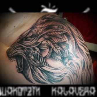 Leon geométrico tatuaje realizado por Wakotzin Kalavera