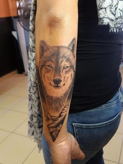 Lobo montañas  tatuaje realizado por The inkperfect tattoo shop