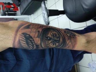Reloj y mapa  tatuaje realizado por Checko Palma Tattoo