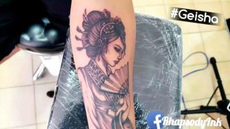 Geisha tatuaje realizado por RhapsodyInk