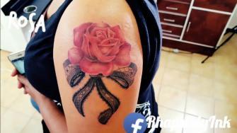 Rosa tatuaje realizado por RhapsodyInk