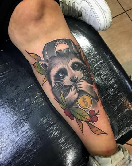 Mapache  tatuaje realizado por Dani Latymor