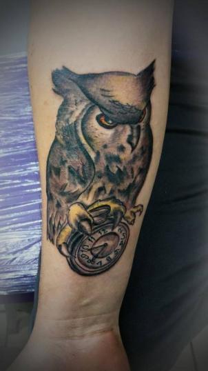 buho tatuaje realizado por Jonathan Aguirre