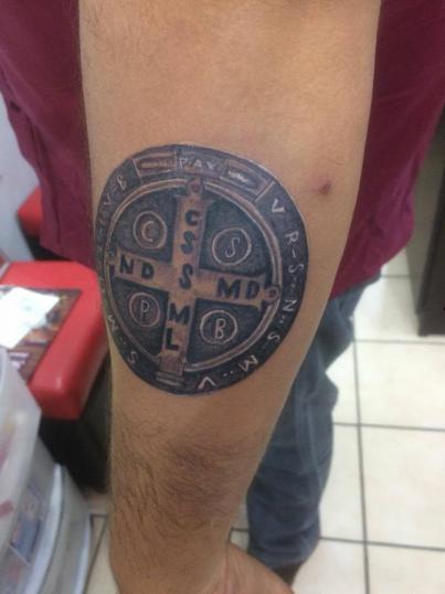 medalla de san benito tatuaje realizado por Jonathan Aguirre