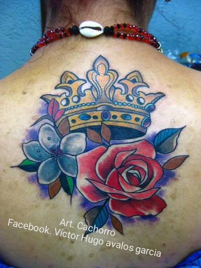 Corona con flores tatuaje realizado por Victor Hugo Avalos / Cachorro