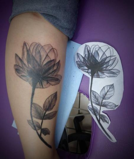 rosa negra tatuaje realizado por Jonathan Aguirre