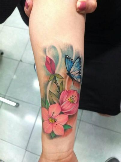 Flores y mariposa tatuaje realizado por Victor Hugo Avalos / Cachorro