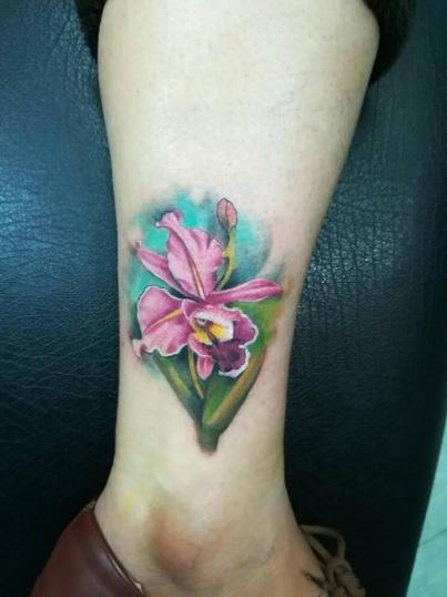 Flor tatuaje realizado por Victor Hugo Avalos / Cachorro