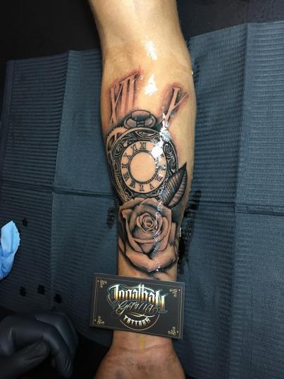 Reloj con rosa  tatuaje realizado por Jonathan Garcia