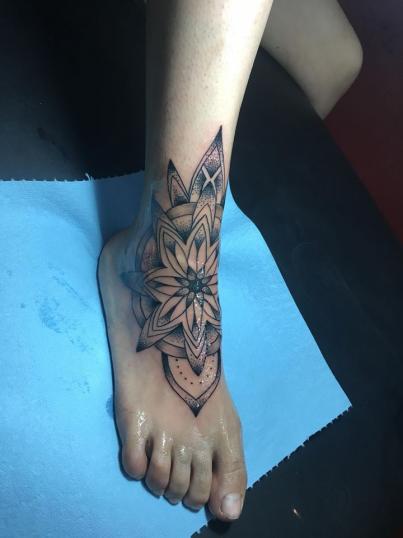 Mándala  tatuaje realizado por Jonathan Garcia