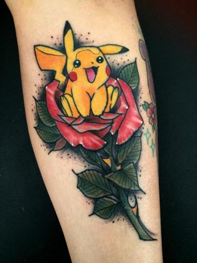 Pikachu y rosa tatuaje realizado por Maneki Neko Tattoo MX